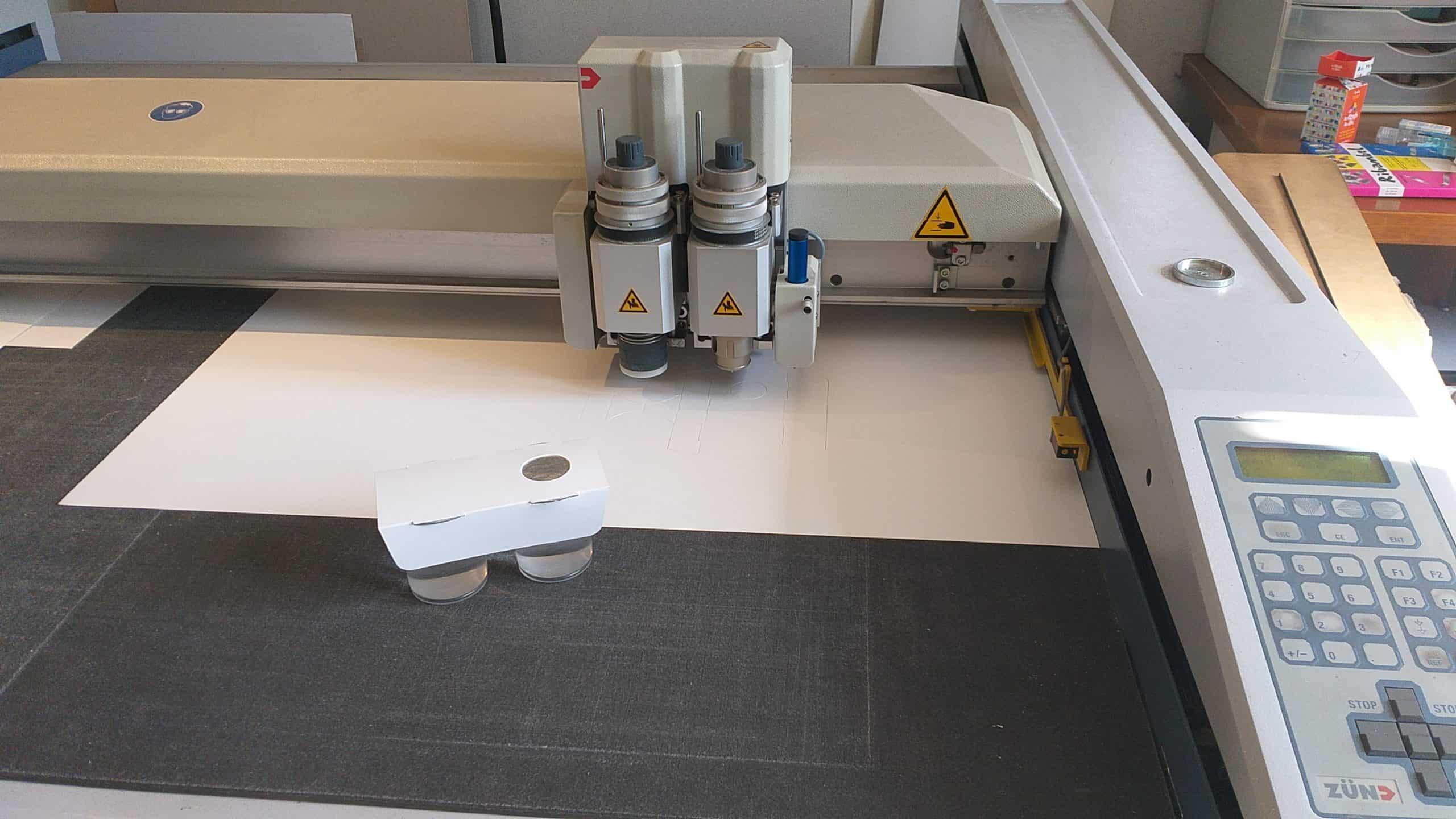 Photo d'une imprimante numérique durant l'étape 'maquette' pour Dailypack, fabricant d'emballage personnalisé