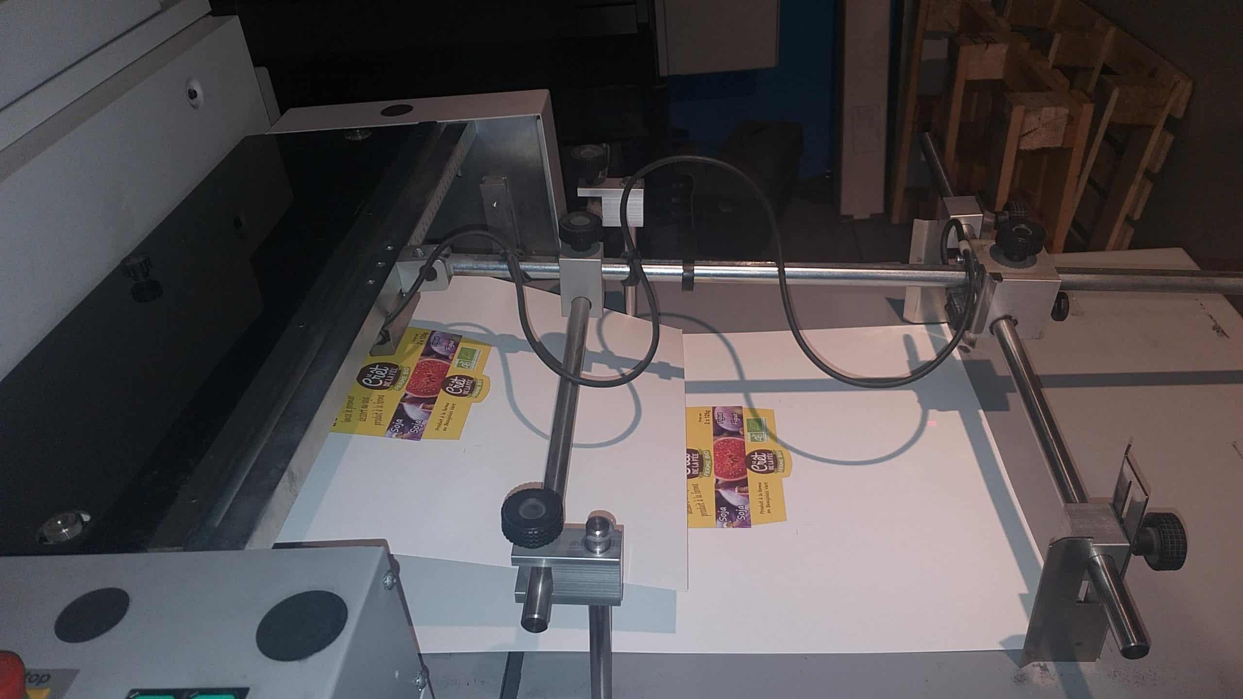 Photo d'une sortie d'imprimante numérique durant l'étape 'impression numérique' pour Dailypack, fabricant d'emballage personnalisé